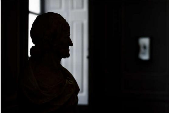 Copyright photo : Un buste du philosophe et écrivain Voltaire, dans le château de Voltaire, à Ferney-Voltaire (Ain), en mai 2018. FABRICE COFFRINI / AFP